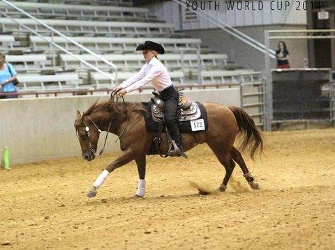 GULL: Miriam Sandvik holdt tunga rett i munnen og tok gull etter en litt røff start med den ukjente hesten.