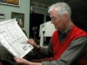 BEDRE SYN - Det er flere år siden sist jeg kunne lese overskriftene i avisen forteller Gisle Nyhus 75. For åtte år siden begynte han å miste synet som følge av sykdommen macula degenerasjon. Men etter å ha blitt behandlet med akupunktur har han sakte men sikkert begynt å se igjen.