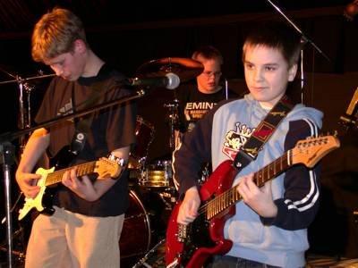 Dieanoz er det yngste bandet i bygda for tiden. De spilte en egenkomponert låt som var høyst moderne og med drive. På bildet ser vi Espen Andersen gitar, Martin Evensen slagverk og Preben Solvang gitar.