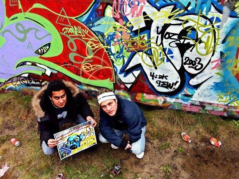 Christer Bakke Gjerstad (t.v) og Kasim Naqvi driver begge med grafittikunst, og er glade for at det er satt i gang et prosjekt som skal legge til rette for lovlige vegger. Her er de to ved grafittiveggen på Langestrand.