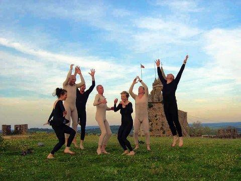 Baktruppen er en sprelsk performance-gjeng, med mange spennende prosjekter på samvittigheten. Dette bildet er fra en dans de oppførte i Portugal tidligere i vår.