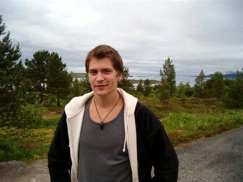 UT I VERDEN:  Det er så mye å ta igjen når du kommer fra et sted som Kjerstad, og så for smaken på det sosiale liv, fastslår Per Kjerstad. Etter at skuespillertalentet ble oppdaget i en tysktime på videregående i Narvik, er han nå klar for Norsk Teaterhøgskole.