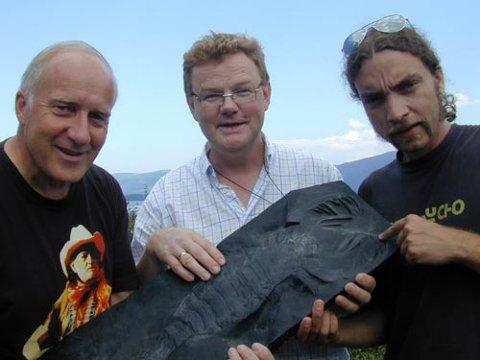 FUNN: Geologene Leif Koch og Hans Arne Nakrem og geologistudent Tom Erik Guldberg fra Geologisk museum viser her fram en kopi av en 410 millioner år gammel sjøskorpion, funnet ved Steinsfjorden i 1910.