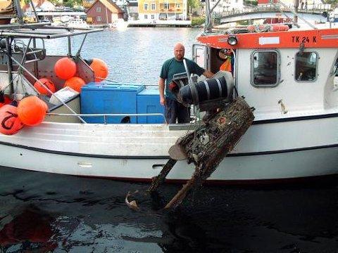 FLY I GARNET: Fisker Tom Rolund fikk et fly i garnet utenfor Jomfruland.
