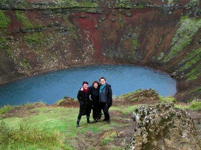 VULKAN: Marit Skog, Kirsti Ravnå Tverå og Kari Sjursen hadde flotte naturopplevelser på Island, som her ved et vulkankrater.