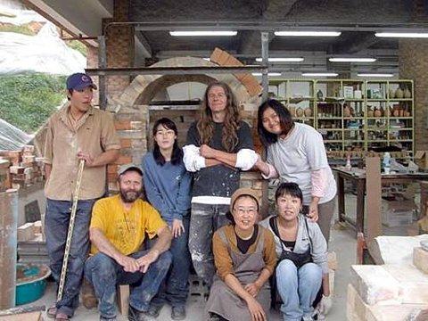 KULTURELL UTVEKSLING: De to norske keramikerne holdt kurs for Sør-Koreanske kunststudenter. Bak fra venstre: Kim Dae Hee, Na Youn Sook, John Skognes og Ryu Soo Jeong. Foran fra venstre: Svein Narum, professor Lim Mikang og Lee Hee-Jin.