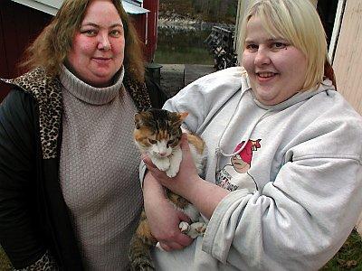 UTEN EIER: Eieren har forlatt flere voksne og tre kattunger i Sjøgata. Mona Nesjeøy (t.v.) og Monica Seljeset etterlyser kattevenner som kan stille opp med nytt hjem.(Foto: Asbjørg Sande)