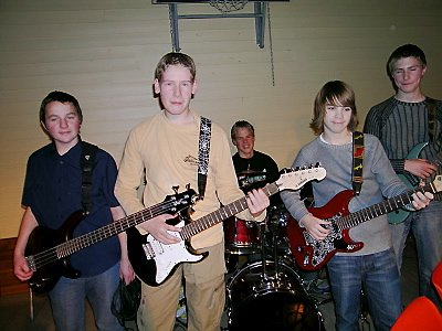"""Bandet """"Uten Navn"""" spilte også til jubilanten. Her ser vi Håvard Bratteng Rønning, Espen Andersen, Martin Evensen, Preben Solvang og Kent Arne Jørgensen"""