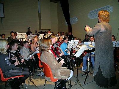 Utskarpen skolekorps med dirigent Hanne Berit Nilsen skuffet ikke bygdefolket på jubileumskonserten.Foto: Elin Rønning
