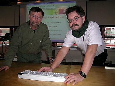 Erling  Solvang, leder i RKK Rana (t.v) og Per Arne Godejord,  førstelektor i informatikk ved Høgs-kolen i  Nesna, driver folkeopp- lysning om hvordan barn og unge skal unngå farer på Internett.