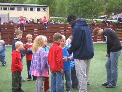 STORFINT BESØK: Ungane flokka seg rundt Sogndal-stjerna Raul Koakou, som måtte skrive autografar då han vitja opninga av den nye ballbingen i Svelgen. Foto Marte Ytrehus Førde
