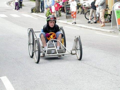 RASKEST: Jesper Louisa fra Langesund med sin sykkelliknende bil hadde den raskeste bilen i olabilløpet i Langesund lørdag.