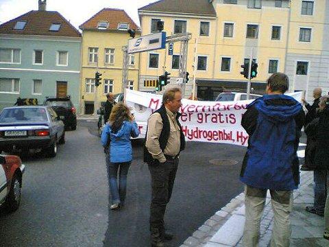 Kurt Oddekalv (midten) og Miljøvernforbundet aksjonerte mot Klostergarasjen.