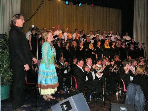 PROFESJONELLE: Solistene Carl Robert Henie og Heidi Granlund var innleide solister for kvelden og imponerte publikum under sine framføringer.
