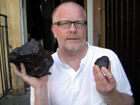 LØNNER SEG Å LETE ETTER METEORITTER  Finner du en vanlig sten på noen få hundre gram kan du få et par tusen kroner for den. Skulle du være så heldig å finne et sjeldent og stort eksemplar kan prisen komme opp i 50-100 000 kroner, sier Morten Bileth. Her med stener fra egen samling.