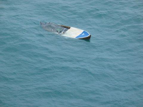 En 56-åring ville seile fra Bergen til Shetland i denne 14-fots trebåten - til inntekt for Tsunami-ofrene. Ferden endte 37 nautiske mil utenfor Bergen. (23.06.2006).