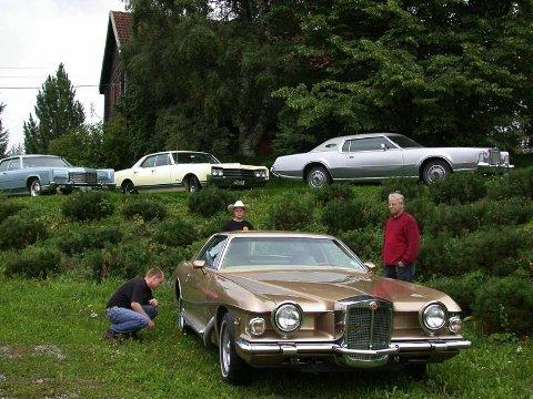 SISTE TILSKUDD: Tvillingene Johannes (t.v.) og Andreas (i midten) og far Hans Narum fra Kolbu er alle hektet på biler. Fra før hadde Johannes en 1973-modell Lincoln Continental Towncar, Andreas en 1965-modell Oldsmobile Delta 88 og Hans en 1973 Lincoln Continental Mark IV. Det er Johannes og Hans som står som eiere av nyeste tilkskudd i samlingen, en 1975-modell Stutz Blackhawk VI. FOTO: DAG SKOGLUND