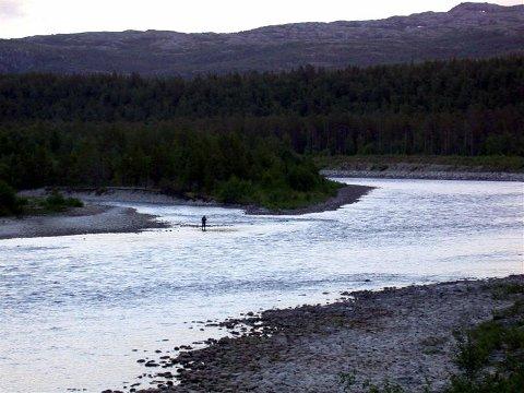 Noen er villig til å strekke seg langt for å oppleve fisket i Altaelva. En ukjent norsk laksefisker betalte under en auksjon i Oslo torsdag, 200 000 kroner for to døgn i juli neste år. Arkivfoto.