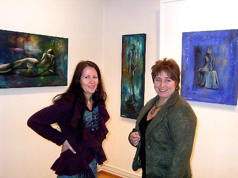 FELLES UTSTILLING: Inger-Hilde Nyrud (t.v.) og Marianne Lillegaard sammen med malerier av Eva Lillegaard (ikke til stede).  (Bilder: Gustav Holmvik)