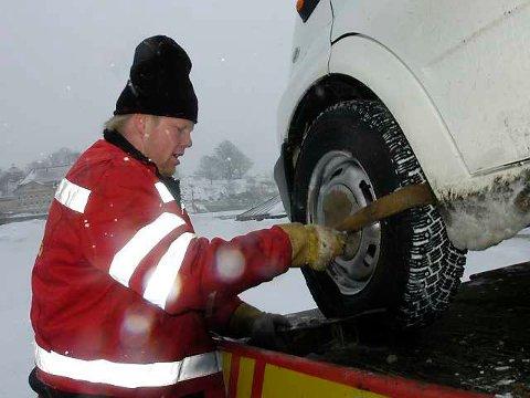 Festes godt: Odd Inge Bjørnstad fester dekket til lasteplanet på Vikings redningsbil.