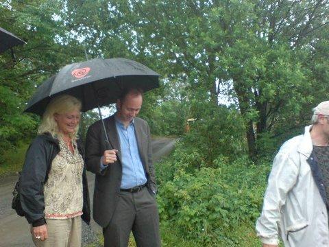 Kultur- og kirkeminister Trond Giske ankommer Kaupang under sitt besøk i Larvik fredag.