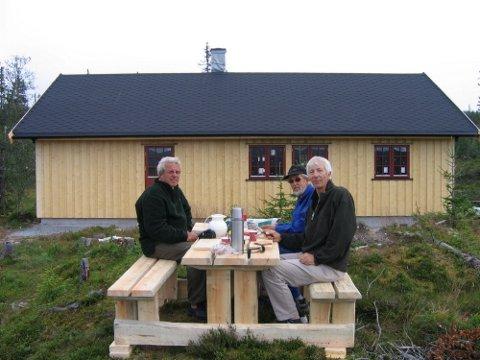 DUGNAD:  Lista med frivillige er lang og antall dugnadstimer har ingen tall på. Her har  Rune Thorsen i byggekomiteen, Finn Granum og Per Stubbraaten pause.Foto: Privat