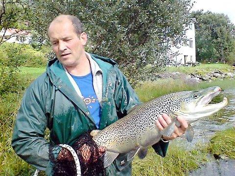 STORFISK: Sigbjørn Steinsund fekk denne storauren på 9,5 kilo i ruse i Jølstravatnet. Han sette den ut igjen i Jølstra.Foto: Tore Gamborg