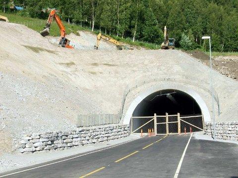 Vegvesenet vil nå støpe en ny betongkonstruksjon over den gamle tunnelportalen på Skrøotunnelen. Ny åpningsdato for tunnelen er imidlertid ikke fastsatt.