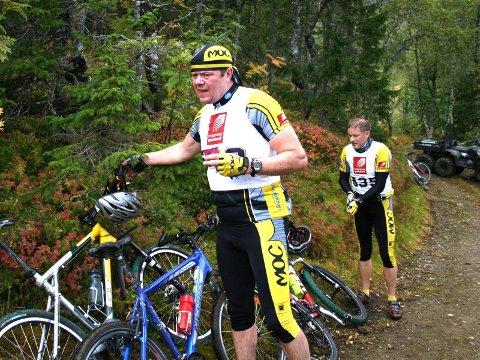 TID:   Magnar Røneid (nærmest) og Ottar Simonsen hadde det ikke så travelt ved skobytte og tok seg tid til litt mat og drikke.