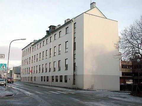 Styreleiaren legg opp til at bygningane i Florø skal seljast, medan poliklinikken vert vidareført i leigde lokaler.