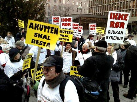 «Ikke rør Rjukan sykehus!» var en av de klare beskjedene demonstrantene ga.