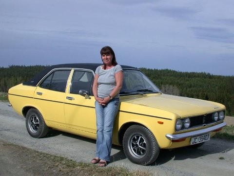 LYKKELIG GJENFORENING: 30 år er gått siden Rita Hekksum forelsket seg i denne bilen, en 1974 Sunbeam 1600 GLS. En sporslig utgave, men likevel praktisk med fire dører. Etter en grundig restaurering har «Solstrålen» dukket fram igjen.FOTO: dag skoglund