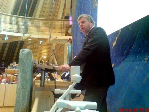 Arbeids- og inkluderingsminister Bjarne Håkon Hansen taler i Sametinget. MMS-foto.