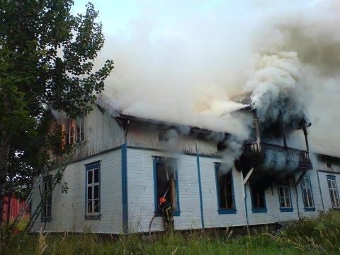 MYE RØYK: Røykutviklingen fra bolighuset er stor. (Foto: Rune Pedersen)