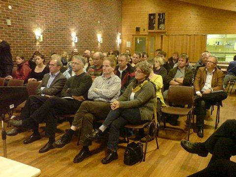 Mange møtte opp i samfunnshuset på Dalsøyra da det ble arrangert folkemøte i forbindelse med de planlagte helseundersøkelsene (23.10.2008).