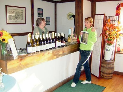 HVITVIN: I møte med kolleger er det mye å lære og diskutere. - Vi besøkte 20 vingårder med ulik produksjon, ulikt klima og ulike produkter. Her fra en liten vingård i Oregon som konsentrerte seg om hvitvin.