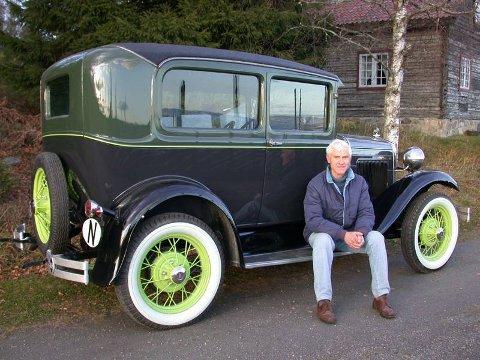 HATT DEN siden 1963: Det er over 45 år siden Anders Holte kjøpte denne bilen. For fem år startet han på restaureringen, som i høst ble avsluttet med et hyggelig resultat. FOTO: DAG SKOGLUND