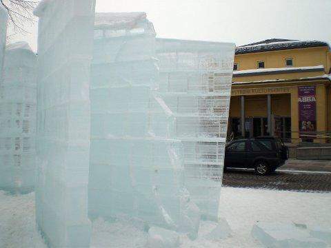 HÆRVERK: Noen har natt til søndag gått løs på den flotte isskulpturen.FOTO: ANDRÉ MICHELSEN