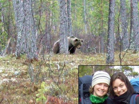 Ane Marthe Johannessen (til venstre) og Serine Carmelina Fauskanger møtte bamsefar da de var på telttur i Pasvik.