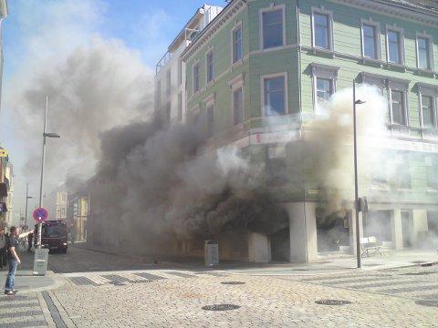 Røyken sto tjukk ut av butikken i Vestre Torggate 18.