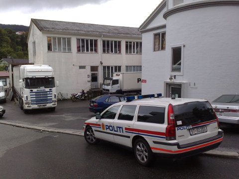 Politiet på plass i Møllendalsveien søndag kveld.