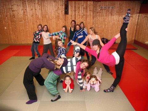Spenstige søstre: Linn-Therese, Ann-Iren og Siw -Anja sammen med noen av de unge danserne de instruerer.foto: geir norling