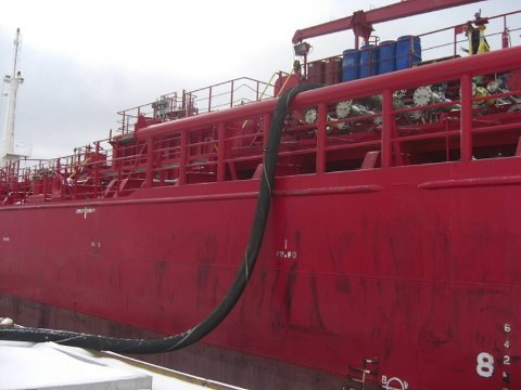 Restavfallet i Sløvåg er pumpet om bord i tankskipet Ruth Theresa og blir destruert i Tyskland.