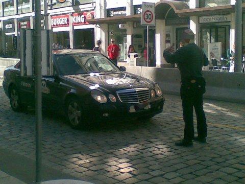 Den oppbrakte mannen stoppet trafikk i Strandgaten.