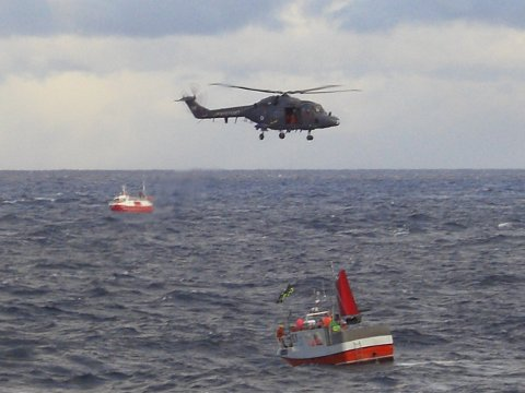"""NYTT SØK: To helikopter, tre kystvaktskip og ti sivile båter deltok i søket etter savnede Reidar Thue da båten """"Fjordgårdbuen"""" forliste."""