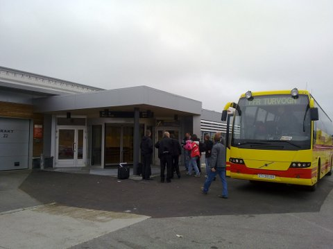 De 22 serberne som ble pågrepet i Vadsø tidlig lørdag morgen, ble busset rett til Kirkenes lufthavn, og plassert i et ventende fly.