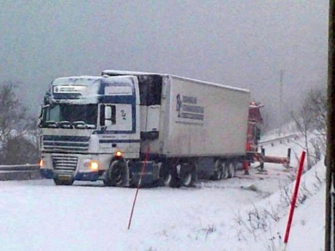 DANSK: Det var en dansk trailer som sperret veien oppover mot Ersfjordeidet mandag.