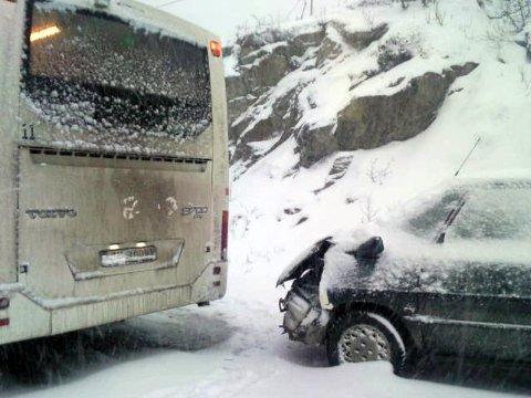 DOMINO: Traileren som sto fast ved Ersfjordeidet, førte også til at en buss stanset, og at en personbil deretter kjørte inn i bussen.