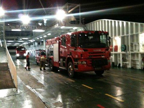 Brannvesenet gikk straks om bord i Glutra da den kom til fergetillegget på Seivika. Foto: Svein Junge.