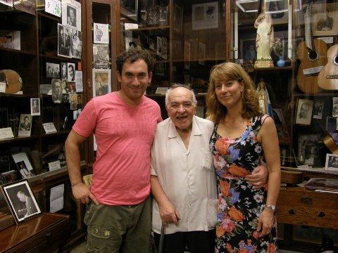 tangomuseum: Julian Hermida (f.v.), Alberto Podestà og Nina avbildet i museet til SADAIC  som er komponist- forfatter og musikerorganisasjonen i Argentina. Rett bak dem henger gitaren til det kjente tangoikonet Carlos Gardel. Foto: Privat